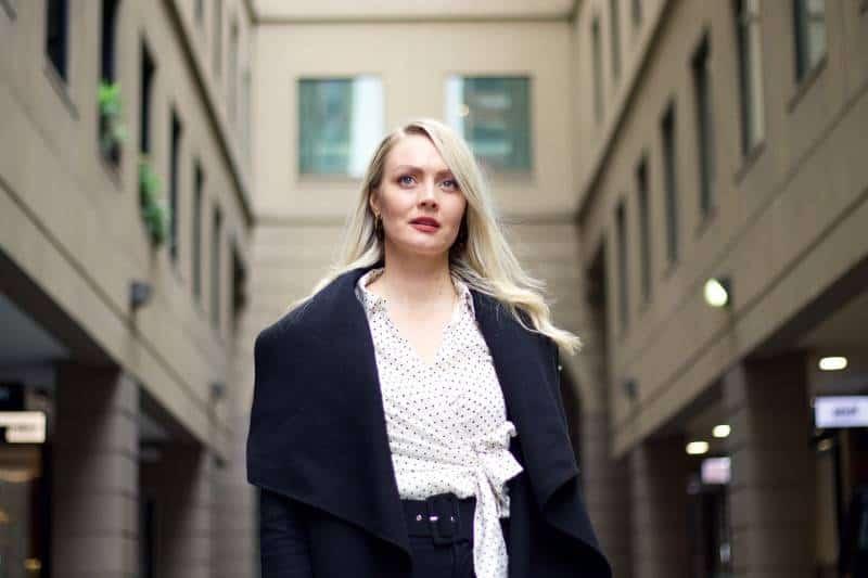 femme debout au milieu d'un bâtiment