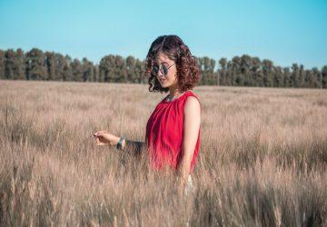 une femme avec des lunettes dans un champ