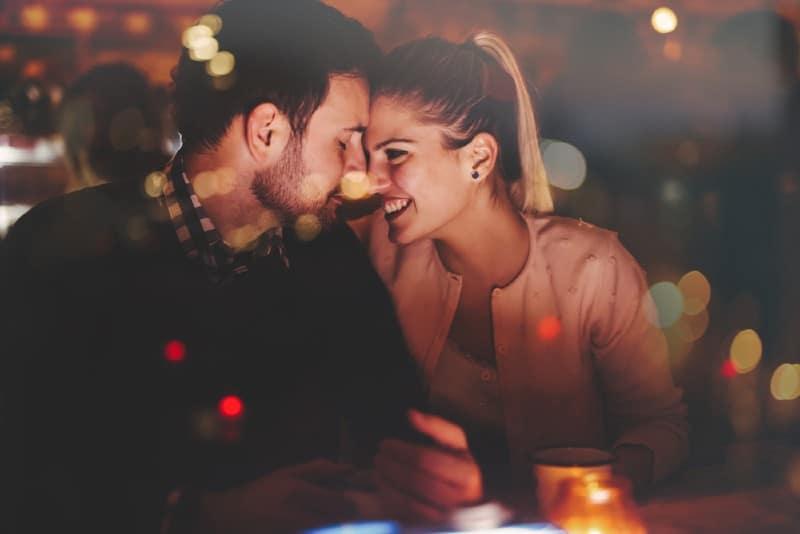 Couple romantique ayant un rendez vous