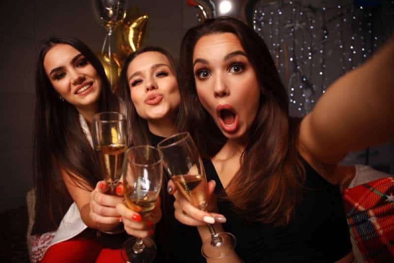 De belles filles qui s'amusent à faire la fête, en buvant du champagne