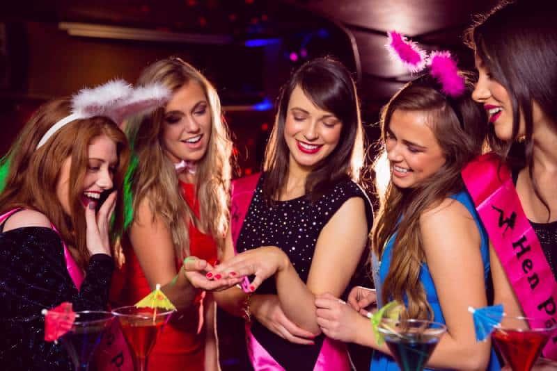 De jolies amies lors d'un enterrement de vie de jeune fille au night-club