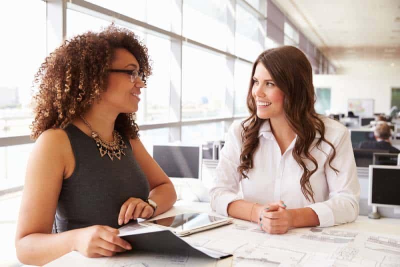 Deux femmes travaillant ensemble dans un bureau d'architectes