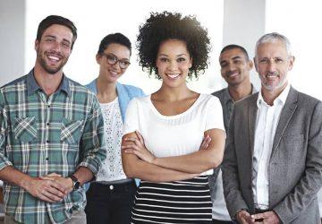 groupe souriant de collègues