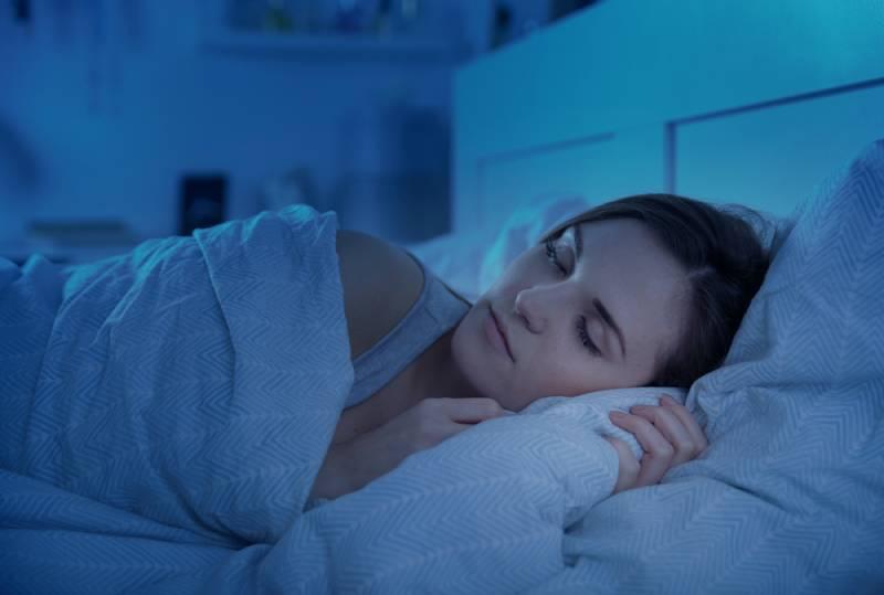 Femme dormant paisiblement dans son lit la nuit