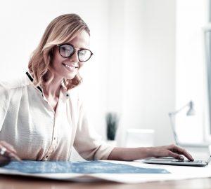 la femme est assise devant l'ordinateur