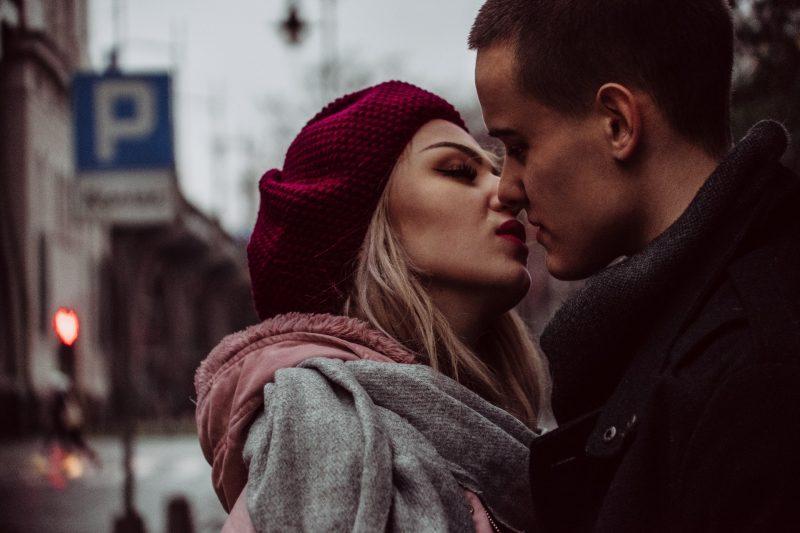 une femme étreignant un homme s'embrasse