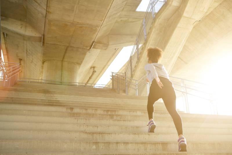 Jeune femme en formation marchant seule à l'étage