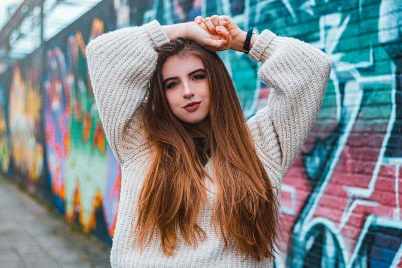 femme avec un graffiti