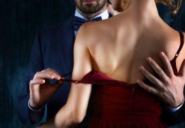 l'homme enlève la robe rouge de la femme
