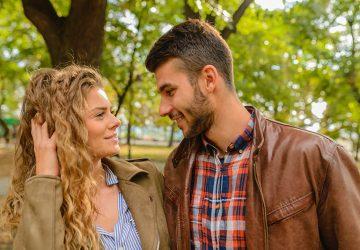 Un homme et une femme souriants se regardent dans les yeux