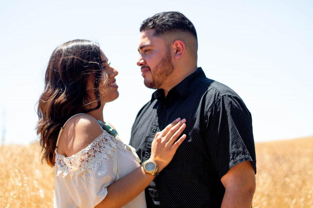L'homme se tient face à la femme qu'elle met sa main sur ses épaules