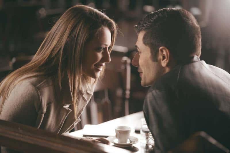 Photo en gros plan d'un couple se regardant au café