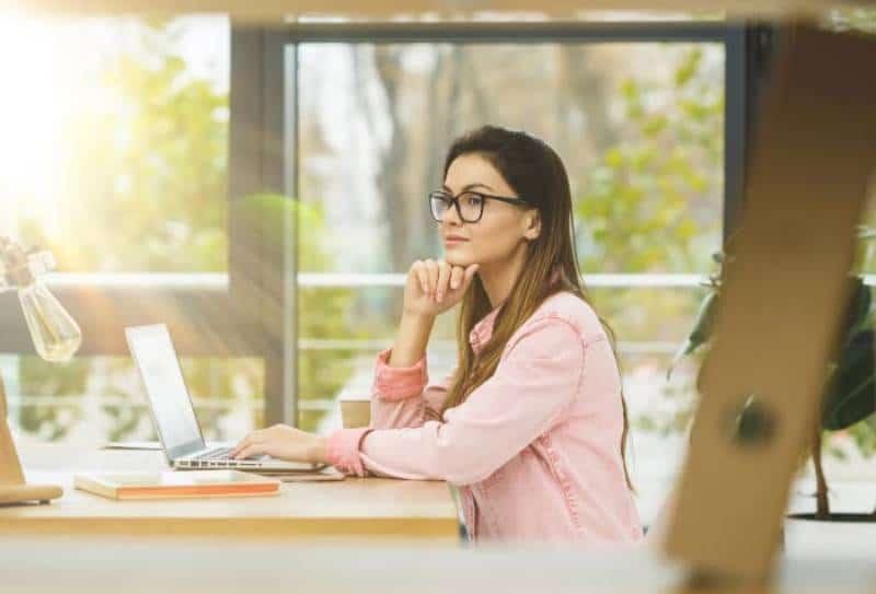 Portrait d'une femme d'affaires assise sur son lieu de travail