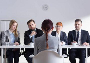 femme ayant un entretien d'embauche