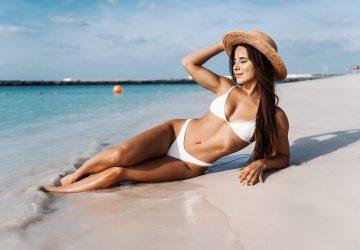 la femme est allongée sur la plage