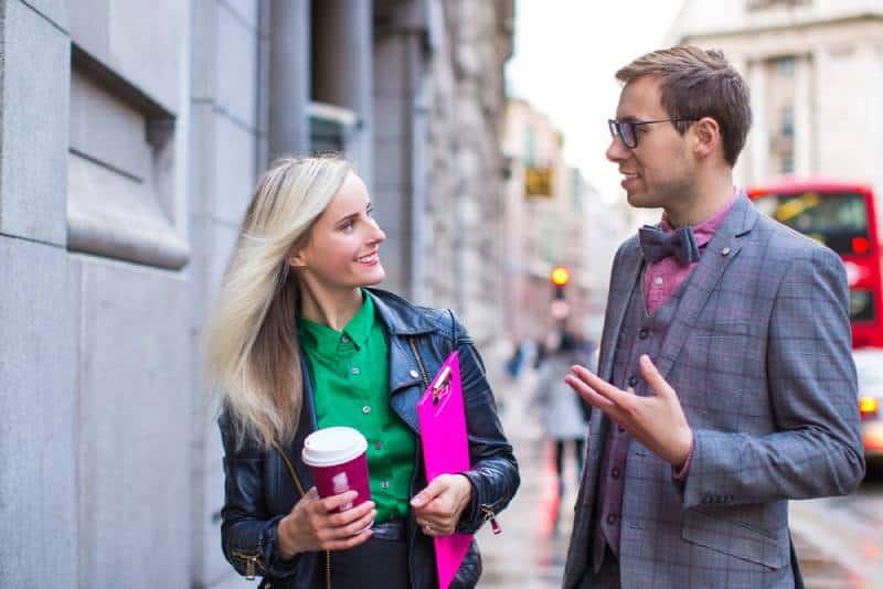 Un couple d'hommes d'affaires parle à l'extérieur
