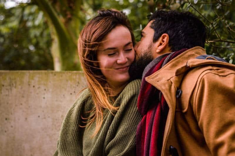 Un couple heureux qui profite de l'extérieur