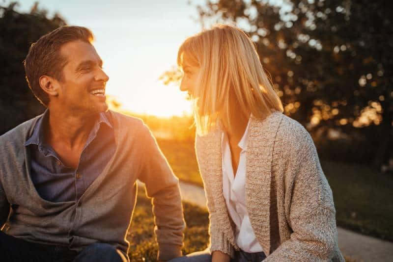 Un couple profite d'un après-midi d'automne