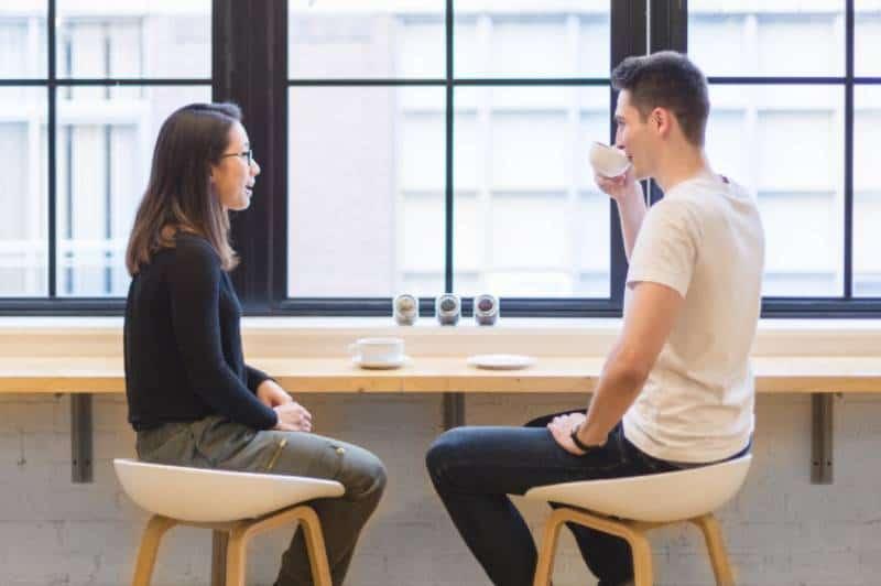 Un couple qui parle au bureau
