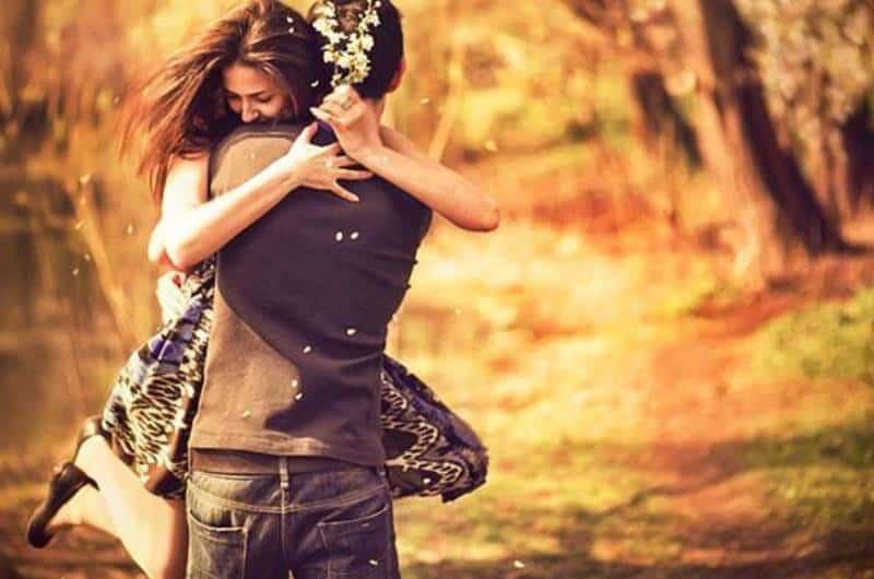 Un homme prend une femme dans ses bras