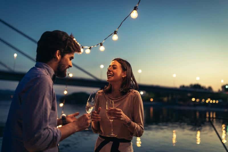 Un jeune couple parle sur un bateau