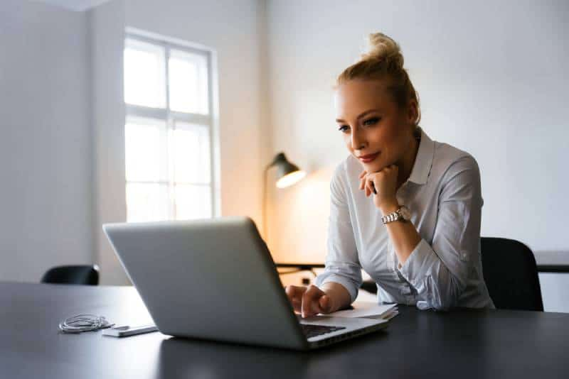 Une femme d'affaires qui lit les nouvelles sur le web