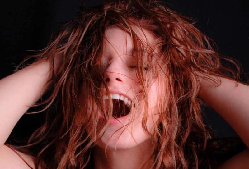 Une femme sexy et excitée s'empare de ses cheveux