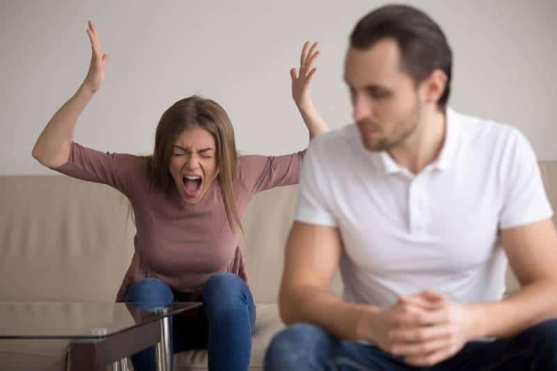 Une jeune femme hystérique crie après son petit ami