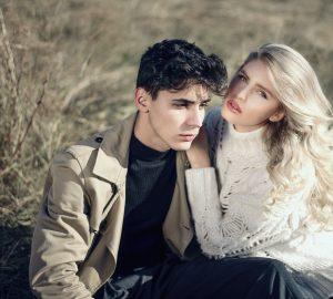la femme blonde s'appuya sur l'épaule de l'homme