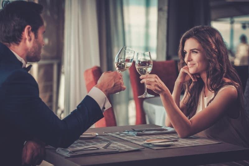 Joli couple dans un restaurant en conflit avec des verres de champagne