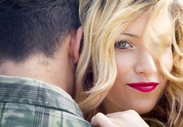 une jolie femme blonde étreignant l'homme