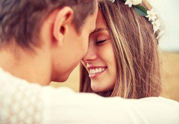 couple étreignant heureux