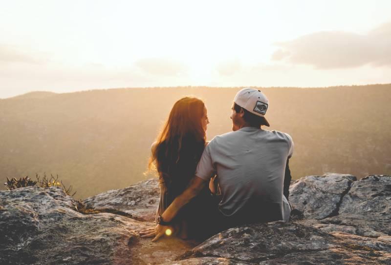 couple assis sur des rochers