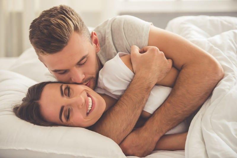 couple-câlins-dans-un-lit