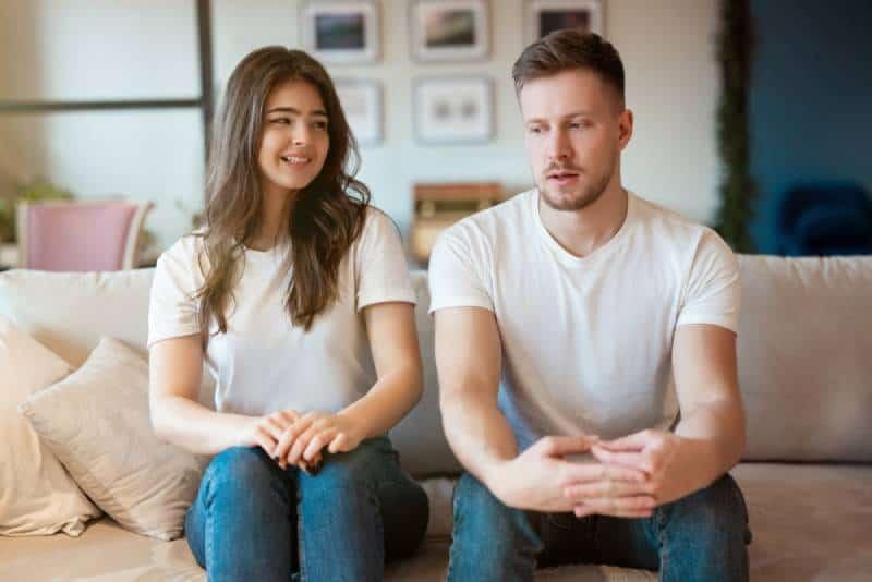 couple homme et femme assis sur le canapé