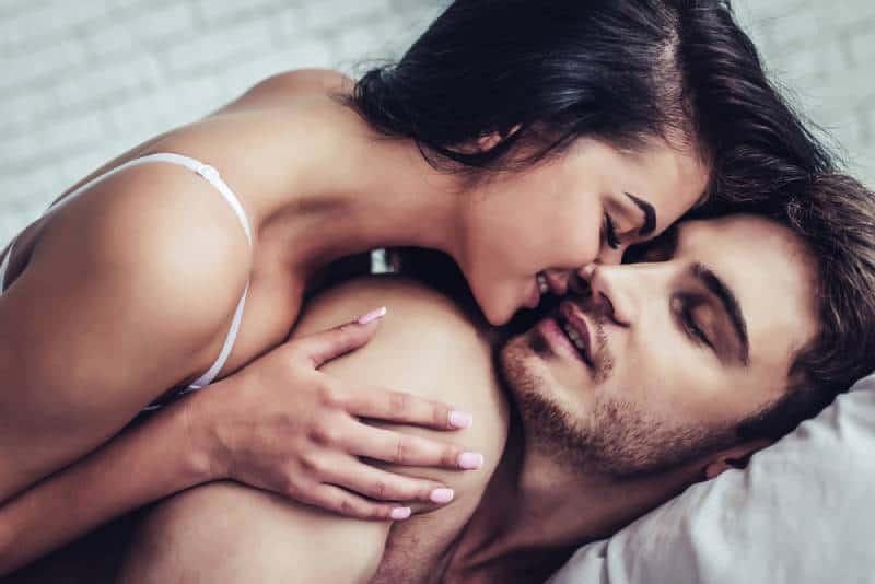 couple profitant de la compagnie de l'autre au lit