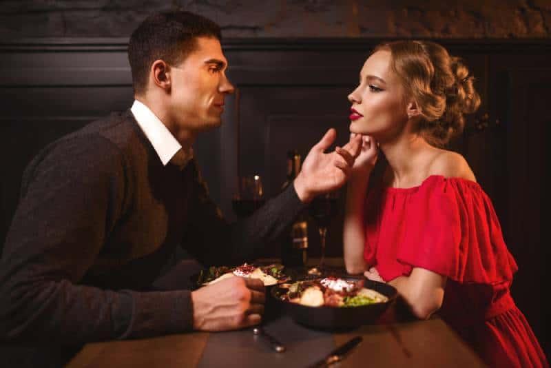couple séduisant se regardant au restaurant