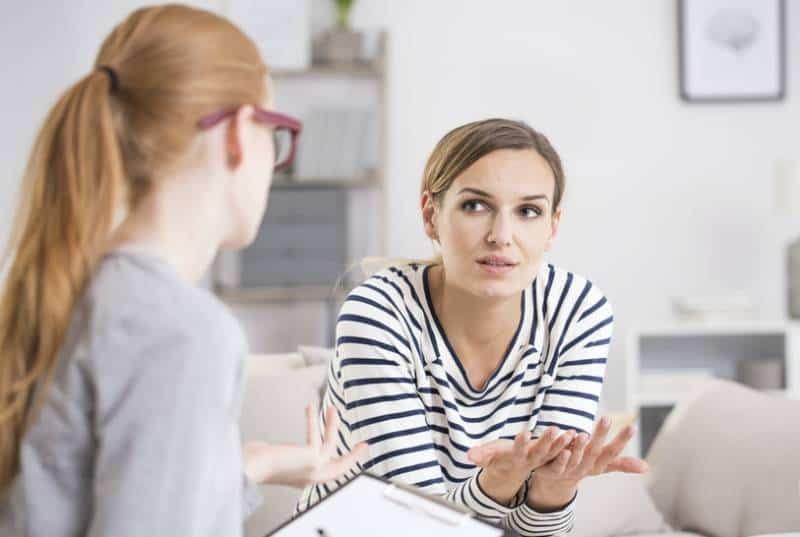 deux femmes en conversation