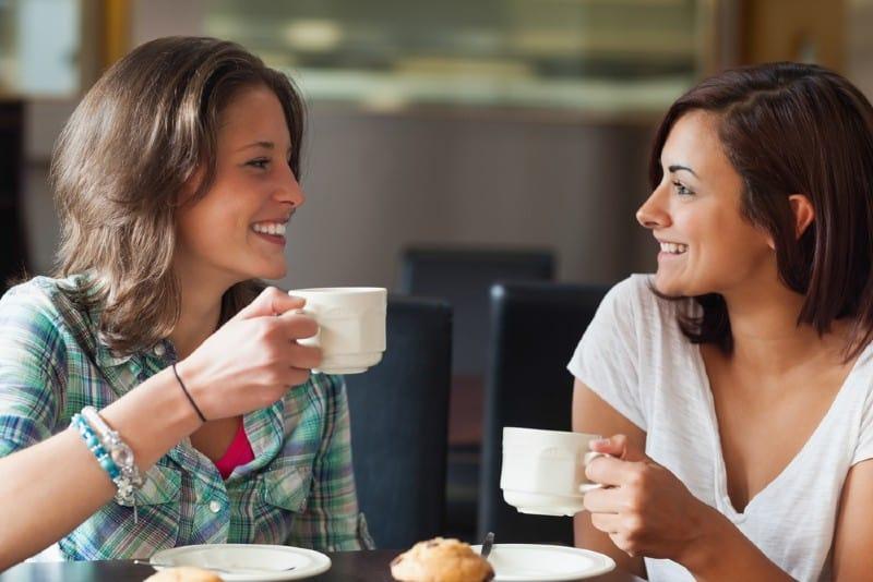 deux femmes discutant autour d'un café