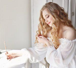 belle femme écrivant une lettre