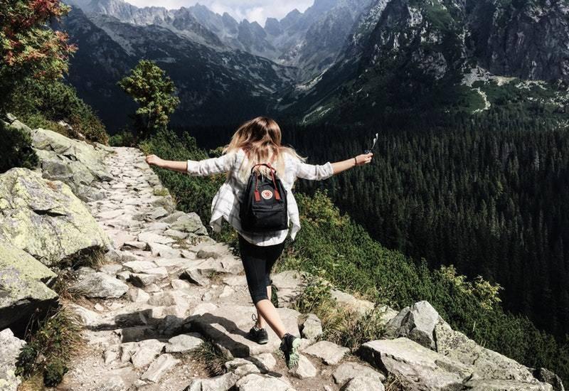 femme d'aventure marchant sur la montagne