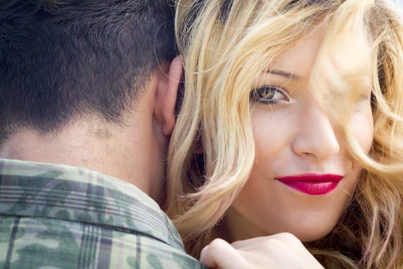 femme et homme s'embrassent