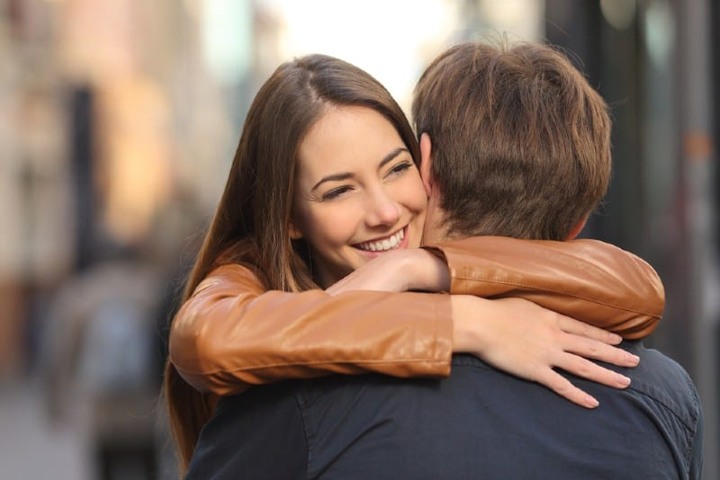 une femme heureuse étreignant l'homme
