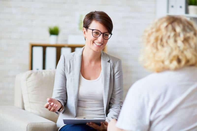 femme parlant devant une femme