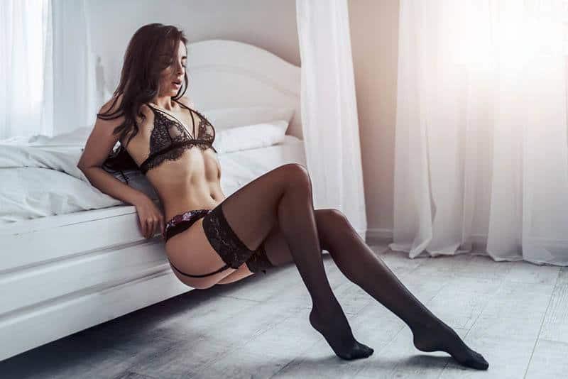 femme portant des sous-vêtements sexy à la maison