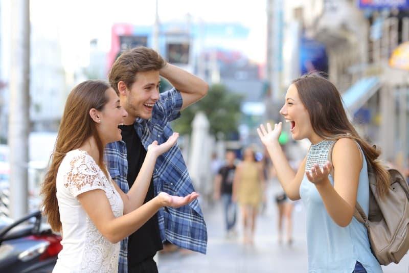 des gens heureux rencontrent dans la rue
