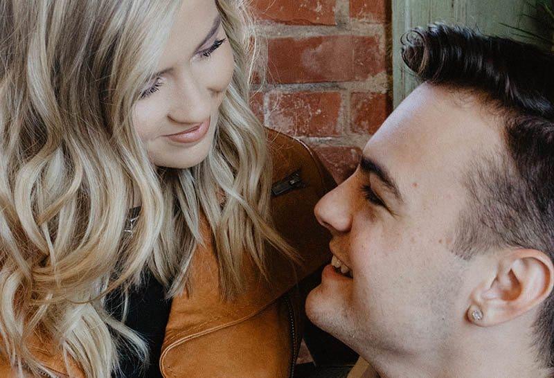 gros plan d'un couple souriant qui se regarde