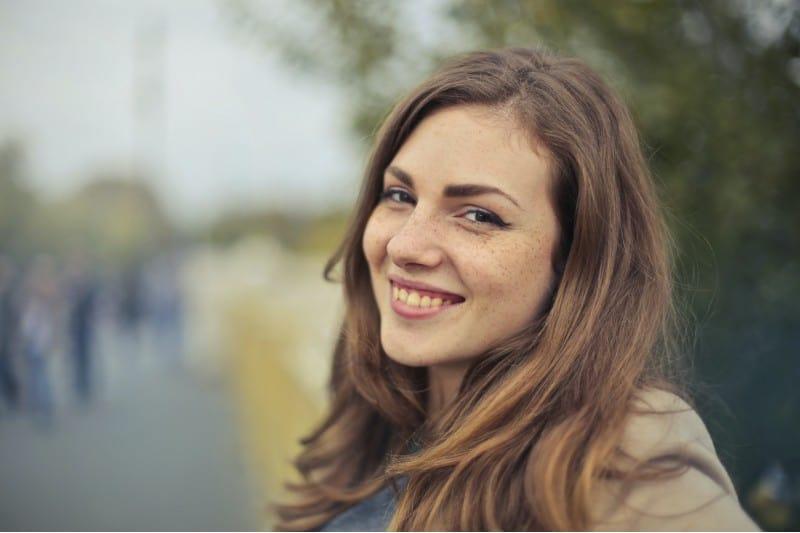 portrait d'un heureuse jeune femme
