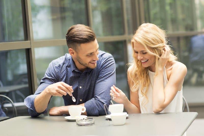un homme et une femme assis côte à côte à une table