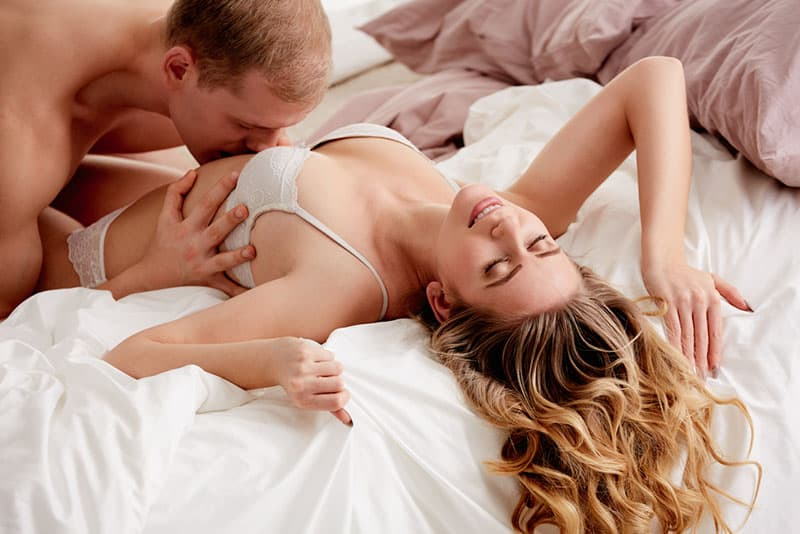 homme embrassant le ventre d'une femme